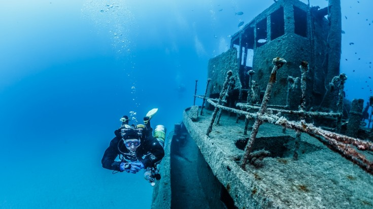 HMAS adelaide is a great place to go wreckage diving in Sydney