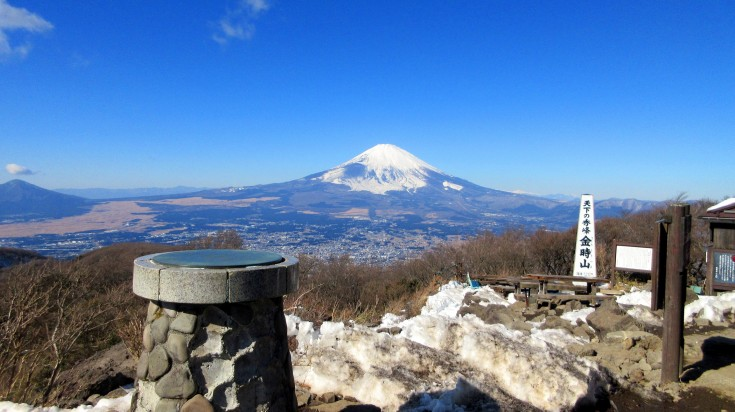 Beginning from the Kintoki-jinja-iriguchi bus stop, the trail winds its way steadily upwards to the summit on a graveled and grassed path.