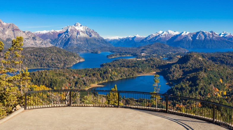 3 lakes surrounded by green, alpine land with snow-capped mountains — a sight from Bariloche that can easily be included in a 2-week trip in Argentina.