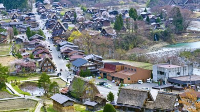 Listed as World Heritage Sites, off-the-beaten-track Japanese mountain villages Shirakawa-go and Gokayama are well known for their clusters of traditional houses.