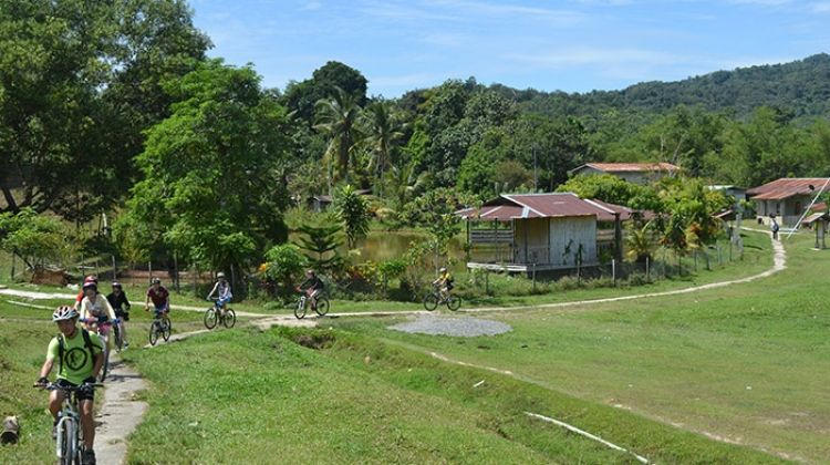 Borneo : Hike, Bike & Kayak