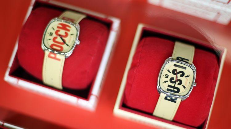 Day Tour of Peterhof and Raketa Watch Factory
