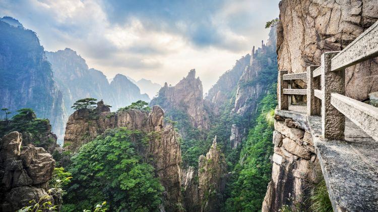 Huangshan Mountains Bus Tour from Huangshan City