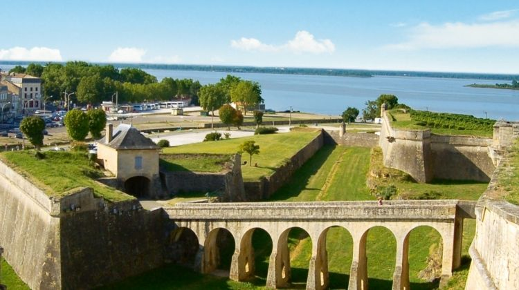 The exceptional region of Bordeaux (port-to-port cruise)